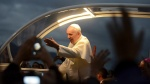 25jul2013---papa-francisco-sauda-publico-durante-sua-passagem-por-copacabana-para-participar-da-festa-de-acolhida-aos-jovens-que-participam-da-28-jornada-mundial-da-juventude-realizada-desde-a-ultima-1374787352370_192